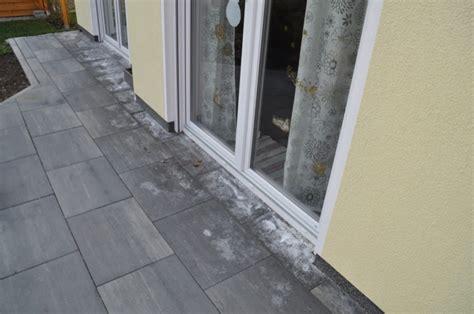 beton fliesen terrasse kalkausbl 252 hungen auf terrassenplatten hilft salzs 228 ure