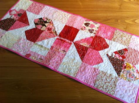 pattern quilted table runner charming hearts table runner pattern by pamelaquilter