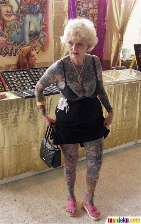 foto  wanita tertua  dunia  tubuh penuh tato