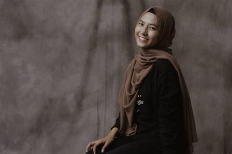 potret feby putri selebgram hijab bersuara emas