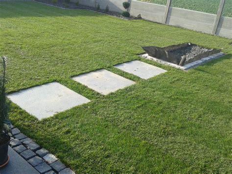 platten garten garten platten rollrasen kiesbeet betonzaun