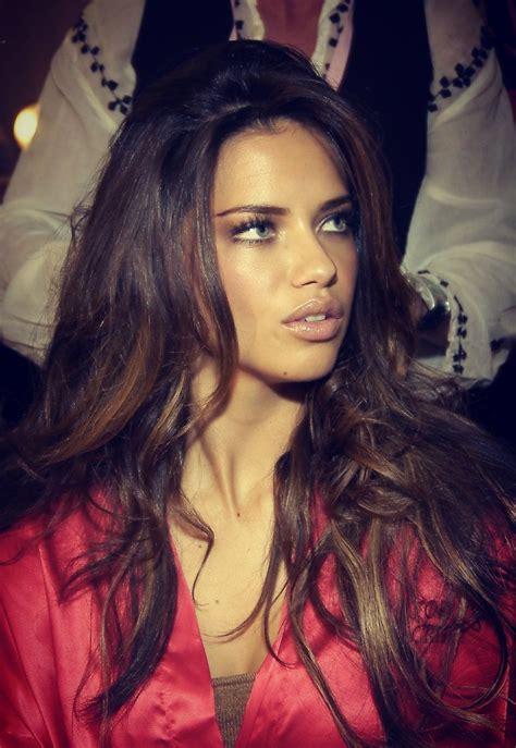 adriana lima s hair layers and soft balayage hair and beauty on pinterest jessica alba orange lips
