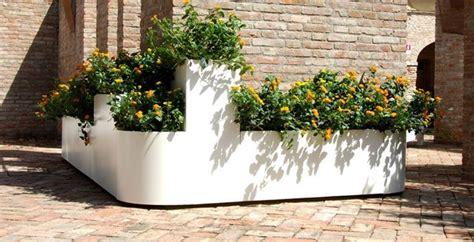 vasi grandi da giardino in plastica come scegliere le fioriere da giardino scelta dei vasi