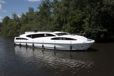 boat command commander richardson s boating holidays