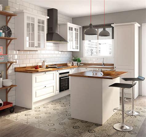 una cocina luminosa  actual los muebles blancos son tendencia