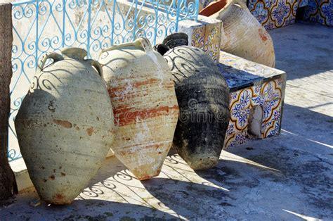 piastrelle tunisine anfore tunisine sul pavimento decorato con le piastrelle