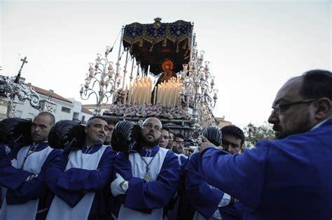 imágenes de reflexión por semana santa martes santo en m 225 laga hombres de trono portan la ima