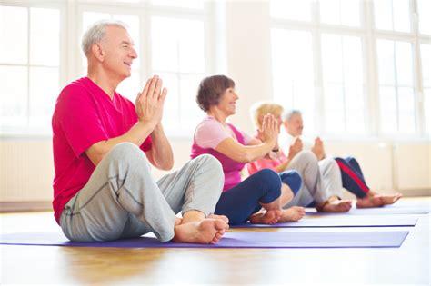 imagenes de yoga para tercera edad beneficios del yoga para la tercera edad mantener en