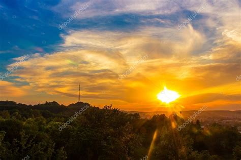 imagenes de paisajes naturales trackid sp 006 bonito paisaje al atardecer de la ciudad de lvov vista