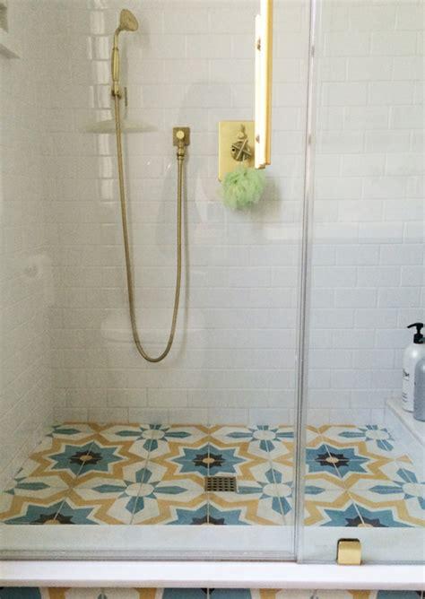 farbige wandfliesen badezimmerfliesen im blickfang 100 ideen f 252 r designs und