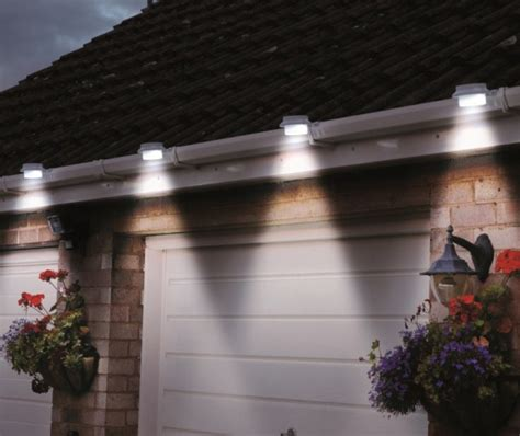 yugster solar powered led outdoor lights fastens onto