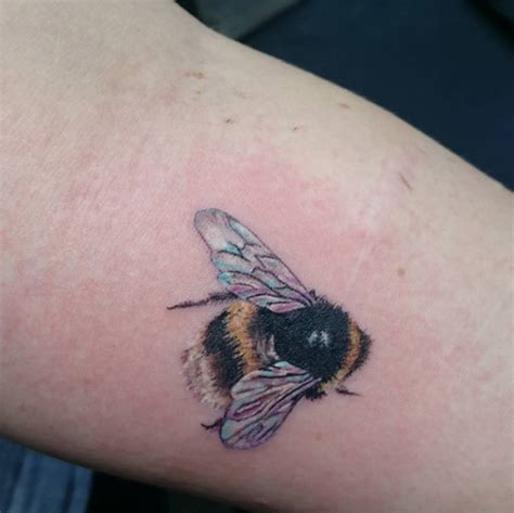 beehive tattoo 40 buzzin bee designs and ideas tattooblend