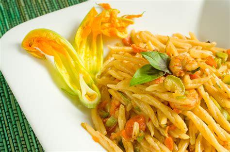 fiori di zucca con pasta pasta fiori di zucca e gamberetti un primo semplice per l