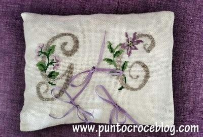 cuscini per anelli matrimonio cuscino portafedi a puntocroce l arte ricamo