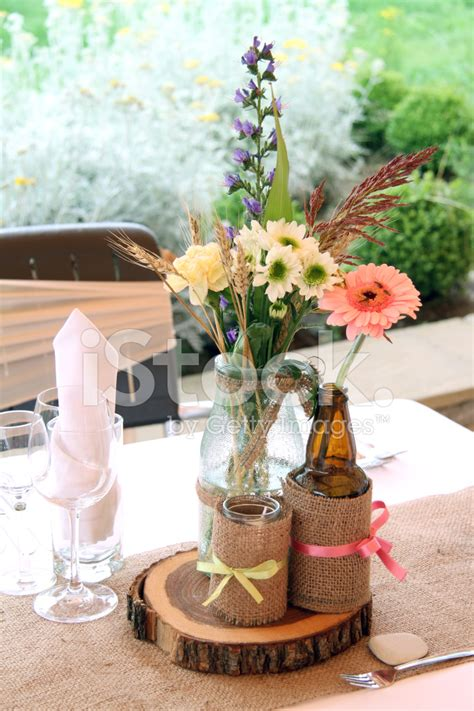 decorar botellas de vidrio vintage decoraci 243 n de mesa vintage con flores y botellas de vidrio