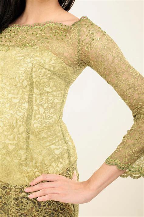 kebaya sederhana kebaya sederhana berwarna hijau dengan kain batik tradisional