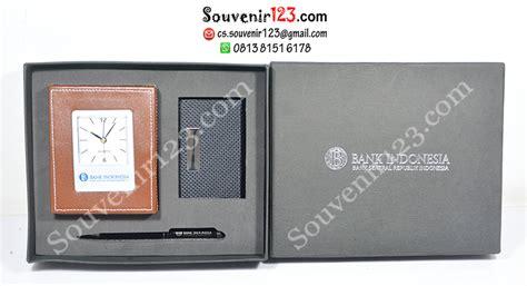 Souvenir Jam Meja Custom Logo Nama Perusahaan Kantor Grosir Murah Box 1 souvenir bank indonesia giftset 3 in 1 berupa jam meja tempat memo sc8022 tempat kartu nama