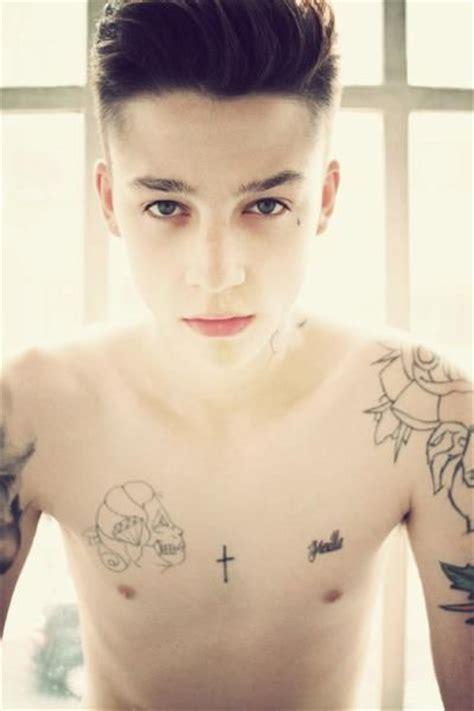 超拽的欧美纹身男生qq皮肤图片 qq男生皮肤