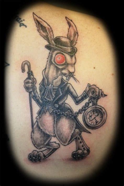 la mode du tatouage du lapin blanc