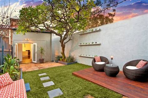 courtyard backyard ideas urban small courtyard decking ideas