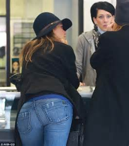 jessica alba visits tattoo and body piercing shop after