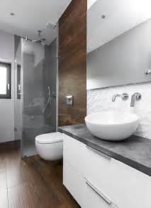 Badezimmer Fliesen by Fliesen In Holzoptik Graue Fliesen Im Duschbereich Und