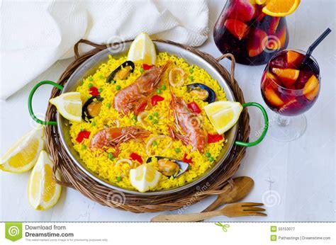 cucina spagnola paella cucina spagnola paella e sangria fresca fotografia stock