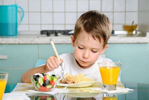 imagenes de niños jugando y comiendo ni 241 o comiendo en la mesa mirando la placa horizontal