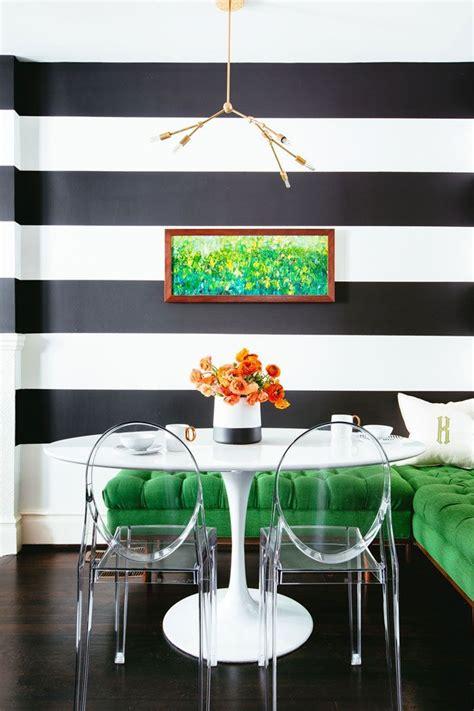 una cocina muy chic decorada en blanco negro  verde