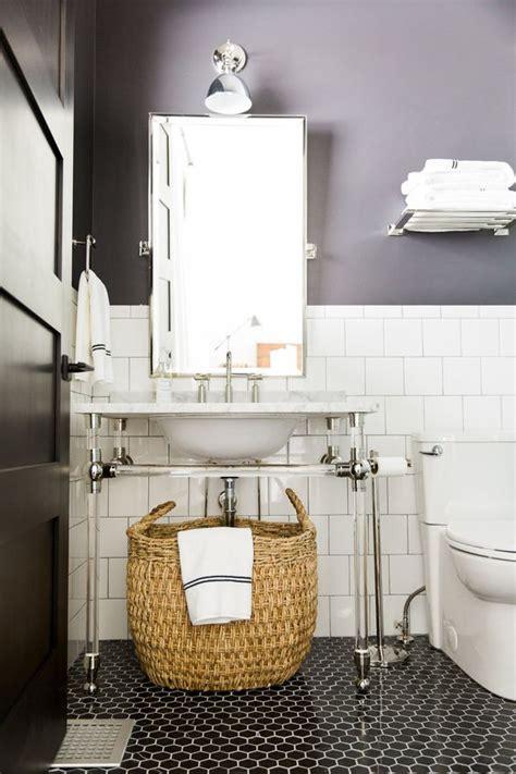 ideias para organizar o banheiro prateleiras caixas e bancos