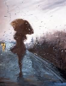 femme marchant sous la pluie