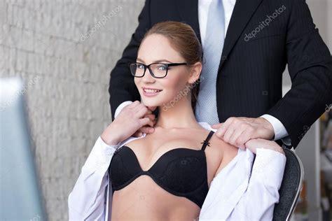 amanti in ufficio undreassing capo segretaria in ufficio foto stock