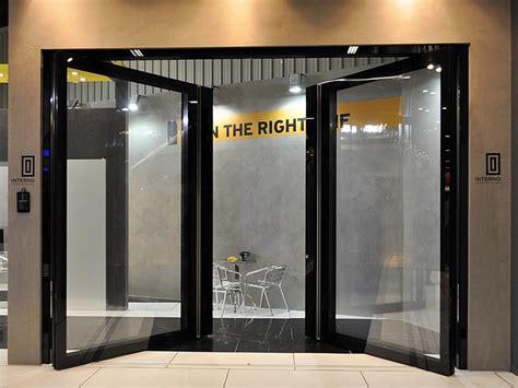 porte d ingresso in alluminio e vetro porta d ingresso rototraslante in alluminio e vetro zen