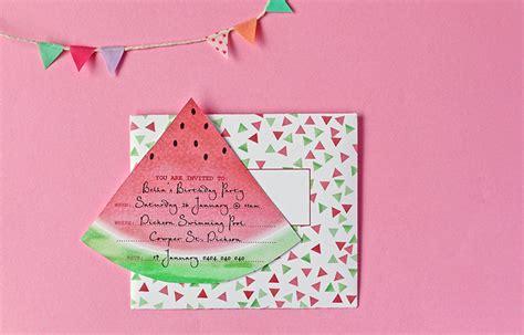 des cartes d invitations et des enveloppes avec des