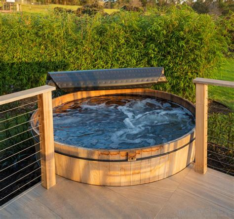 how to use a jacuzzi bathtub what is the difference between a hot tub and jacuzzi