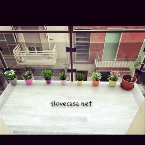piastrelle da terrazzo come arredare terrazzo piccolo con piante accessori erba