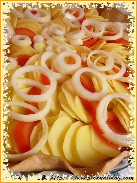 tarte quot couronne quot de pommes de terre et tomates sur un lit