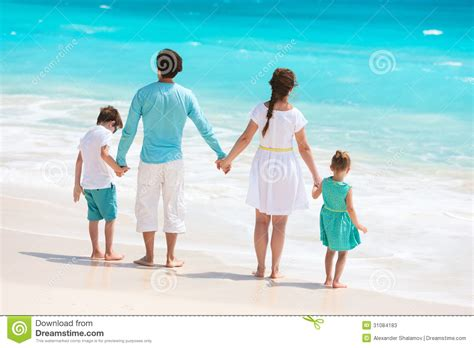 imagenes vacaciones con la familia familia en vacaciones tropicales de la playa imagen de