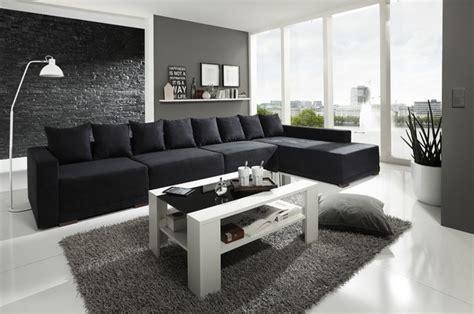 wohnzimmer mit schwarzer couch