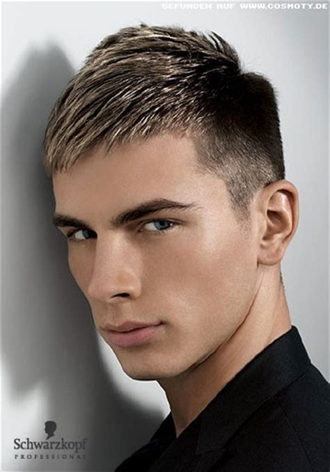 maennerfrisuren blond kurz