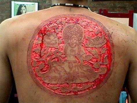 背部另类恐怖的割肉 肉雕纹身