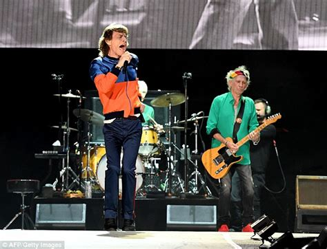 do you have a video rolling bob with layers rolling stones paul mccartney and bob dylan to perform