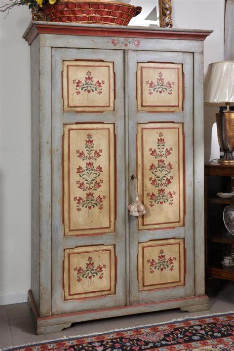dipingere ante armadio riproduzione di un armadio d epoca a 2 ante decorato in