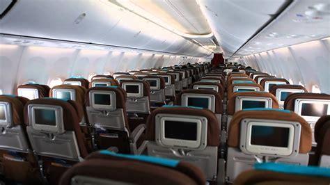 suasana  kabin kelas ekonomi pesawat garuda indonesia