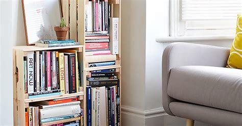 libreria con cassette di legno arredare casa con pallet cassette cassetti e mattoni forati