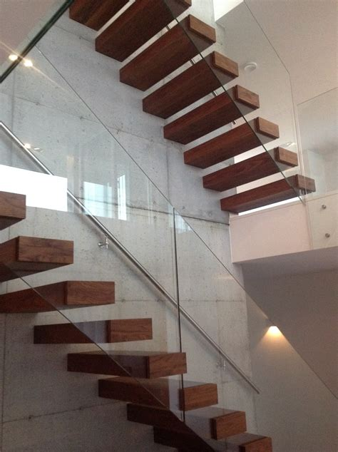 moderne treppen modern cantilevered stairs on concrete wall www