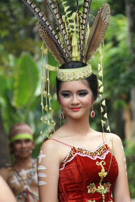 Baju Daerah Suku Dayak baju pengantin wanita dayak kalimantan borneo indonesia and malaysia dayak