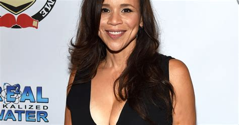 is rosie perez wearing a wig wig on rosie pere rosie vperez wig rosie perez leaving the