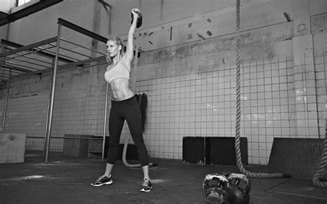 300 kettlebell swings a day what is the best kettlebell weight to start with onnit