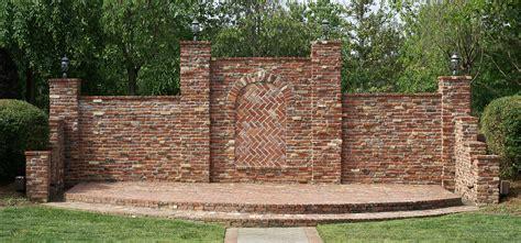 gambar outdoor halaman belakang milik dinding batu